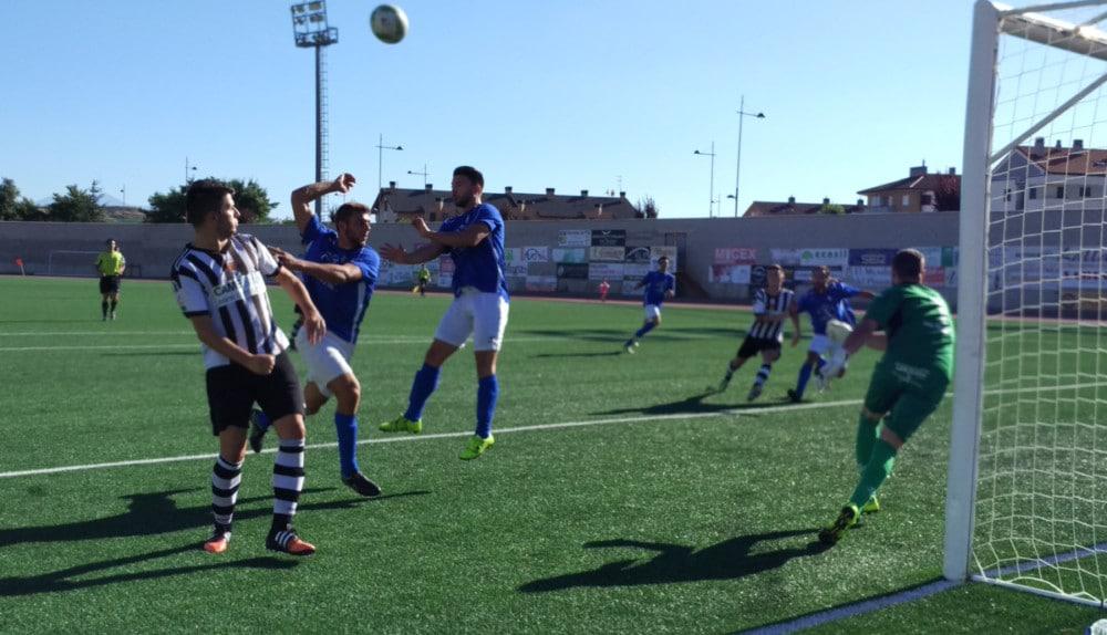 El delantero Joseba intenta rematar un centro al área