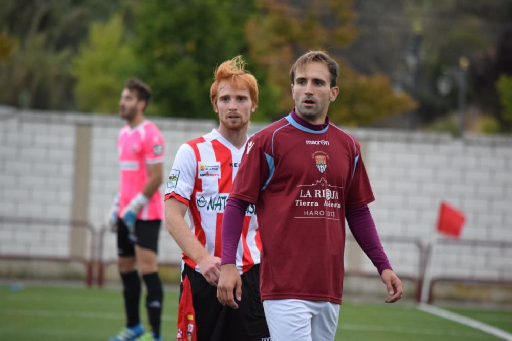 Aimar con un defensor de la Unión Deportiva Logroñés B.