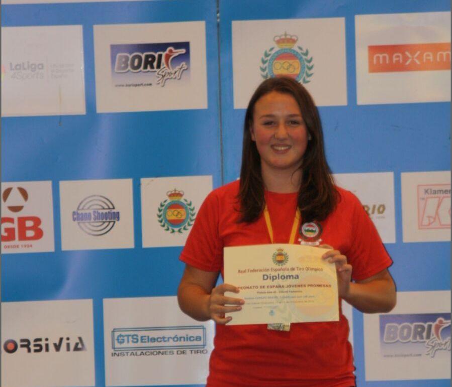 Andrea Cerezo exhibe el diploma acreditativo de su tercer puesto en el Campeonato de España.