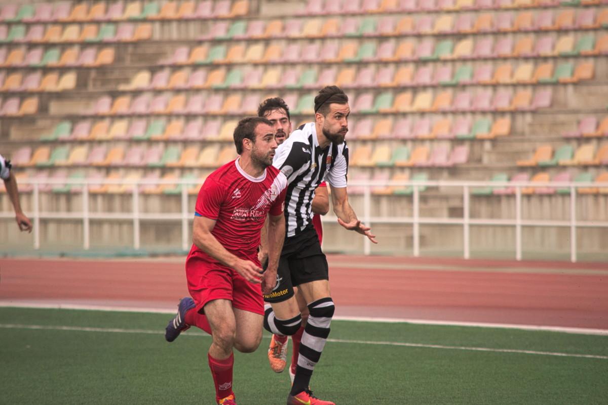 Leo corre hacia un balón junto a dos jugadores del Náxara.