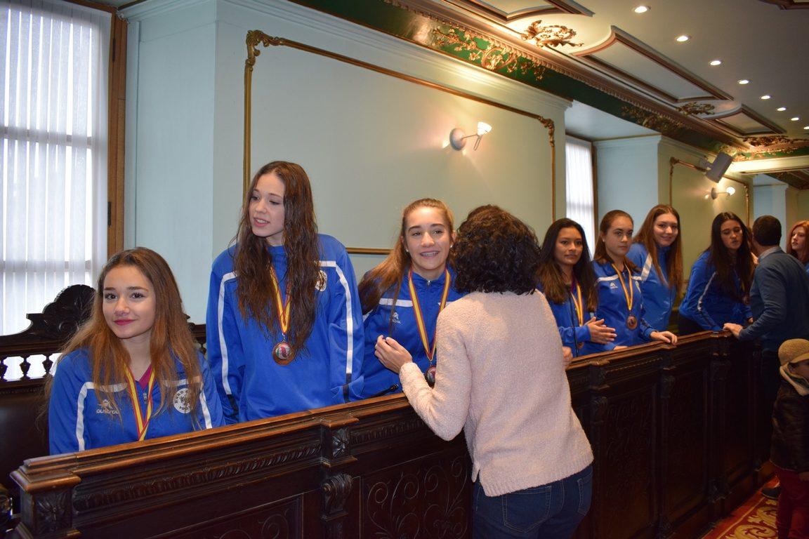 La cantera del Haro Rioja Voley festeja en el Ayuntamiento el oro y bronce logrados en la Copa de España 1