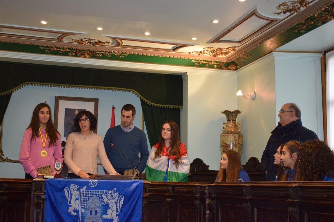 La cantera del Haro Rioja Voley festeja en el Ayuntamiento el oro y bronce logrados en la Copa de España 3