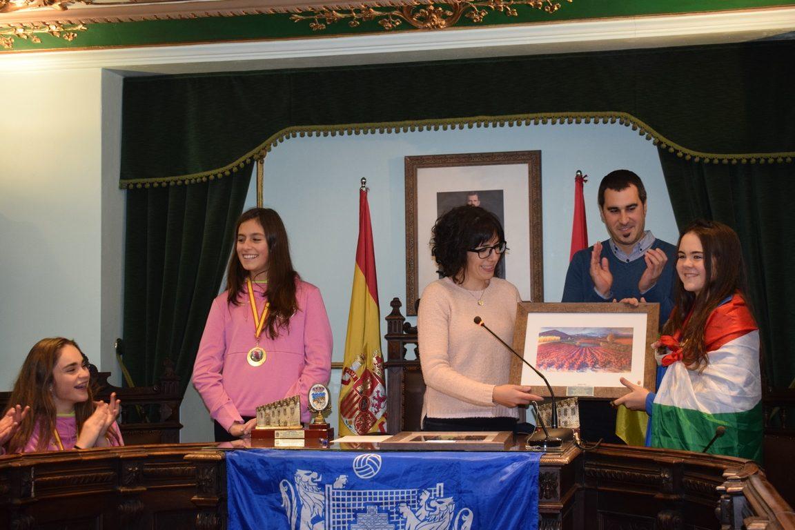 La cantera del Haro Rioja Voley festeja en el Ayuntamiento el oro y bronce logrados en la Copa de España 5