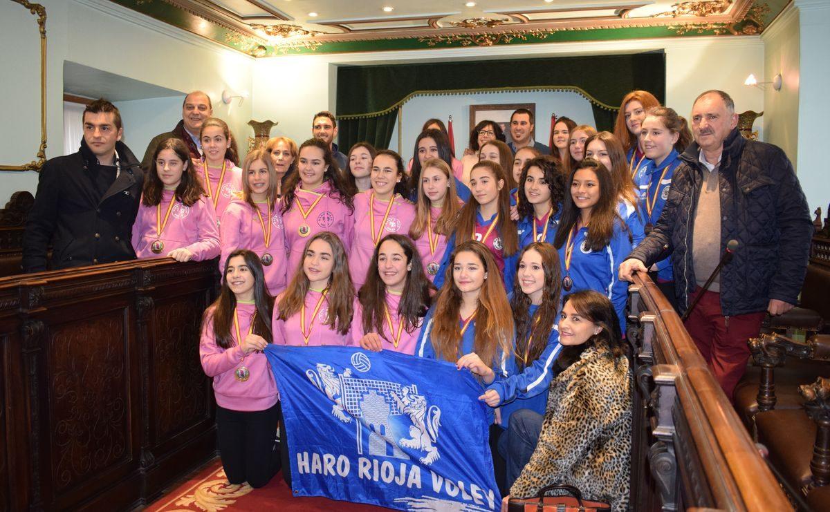 La cantera del Haro Rioja Voley festeja en el Ayuntamiento el oro y bronce logrados en la Copa de España 7