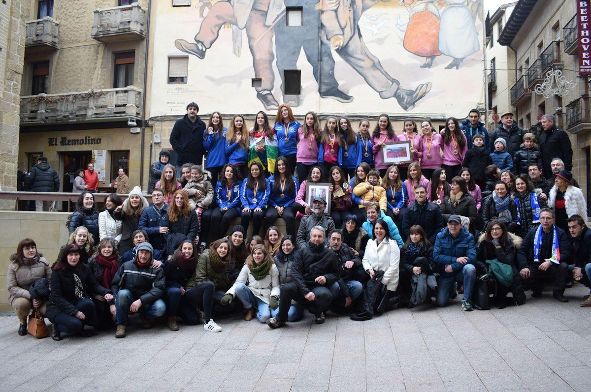 La cantera del Haro Rioja Voley festeja en el Ayuntamiento el oro y bronce logrados en la Copa de España 9