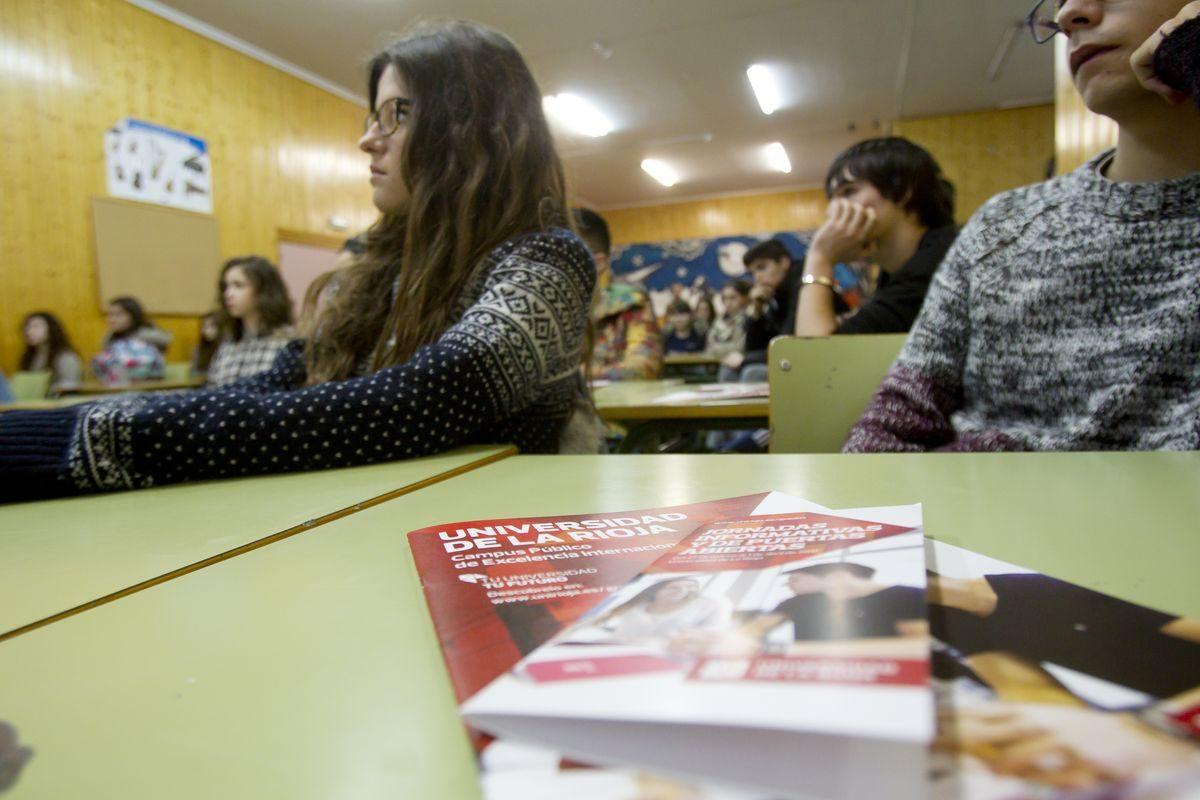 Las imágenes de la campaña informativa de la Universidad de La Rioja en el IES Ciudad de Haro 2