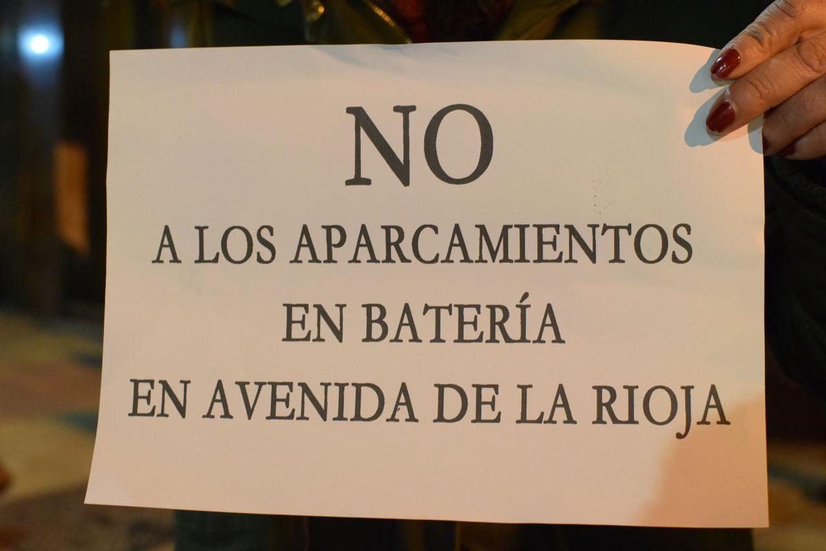 Las imágenes de la concentración en contra de los aparcamientos en batería en la avenida de La Rioja 1