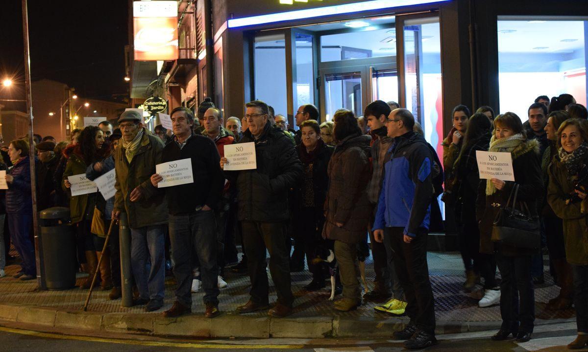 Las imágenes de la concentración en contra de los aparcamientos en batería en la avenida de La Rioja 2