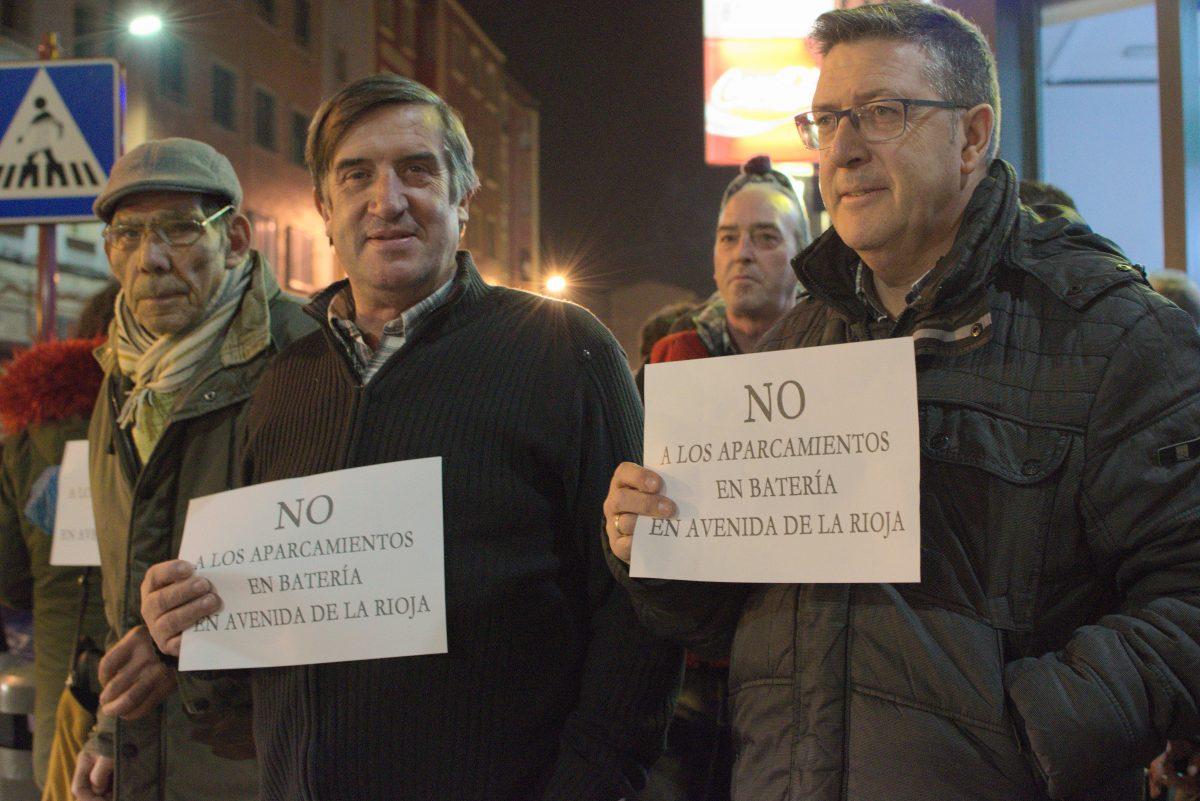 Las imágenes de la concentración en contra de los aparcamientos en batería en la avenida de La Rioja 3