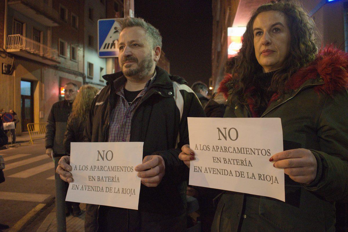 Las imágenes de la concentración en contra de los aparcamientos en batería en la avenida de La Rioja 4