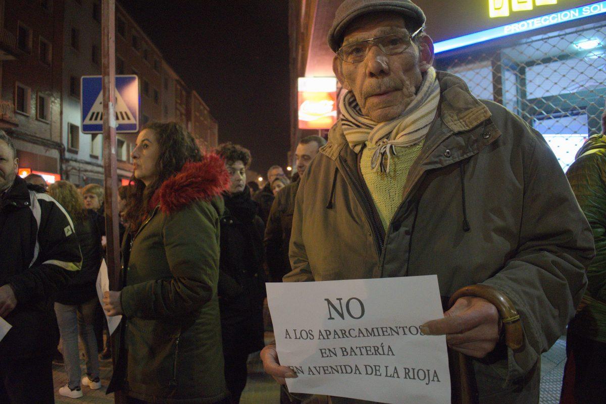 Las imágenes de la concentración en contra de los aparcamientos en batería en la avenida de La Rioja 5