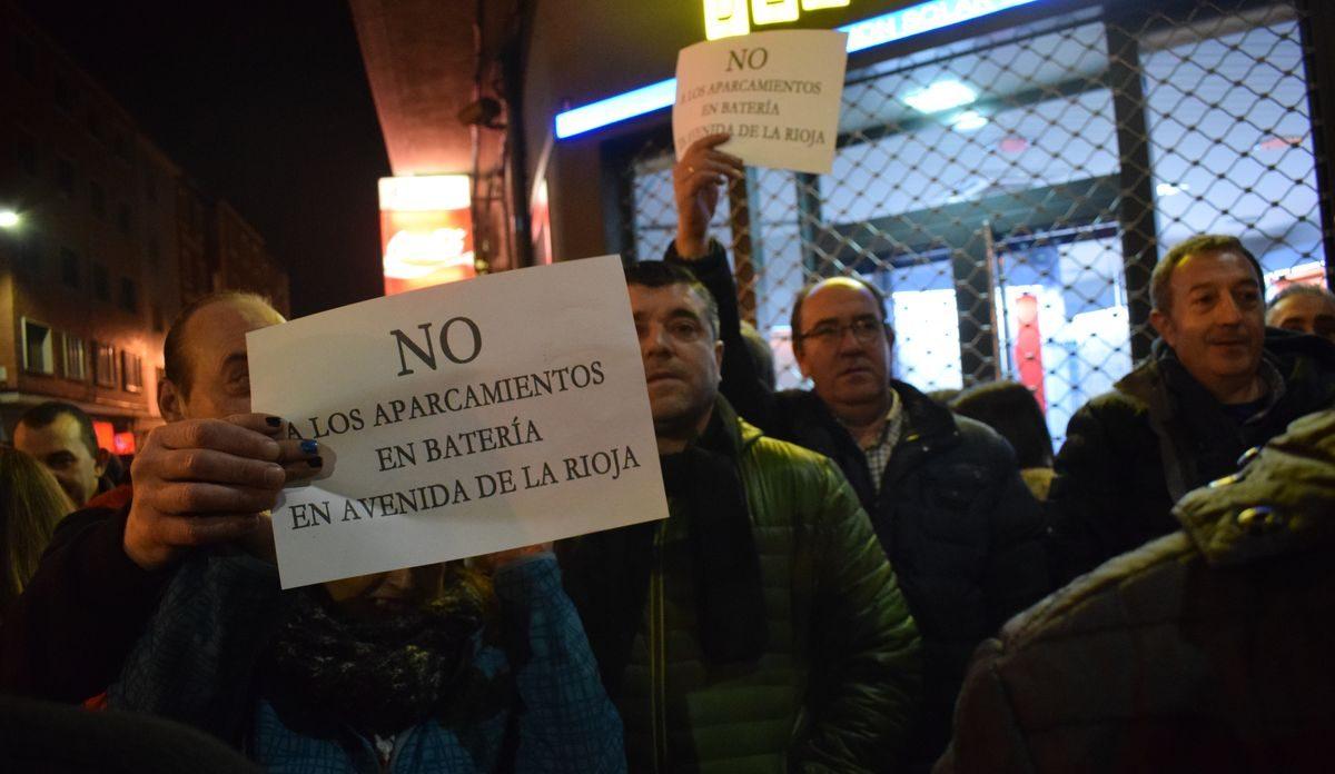 Las imágenes de la concentración en contra de los aparcamientos en batería en la avenida de La Rioja 6