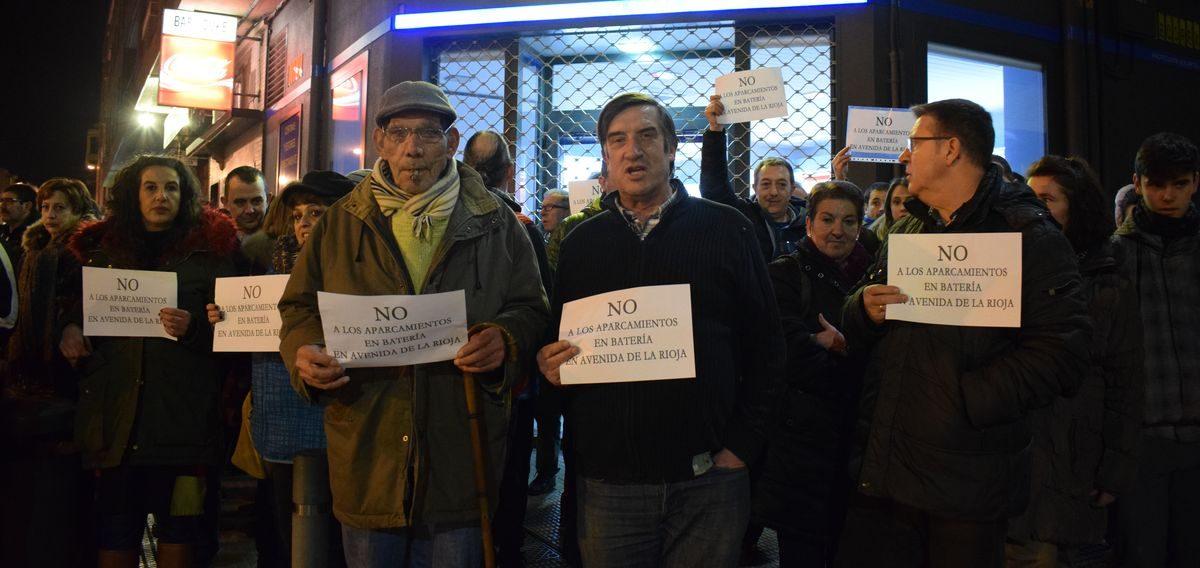 Las imágenes de la concentración en contra de los aparcamientos en batería en la avenida de La Rioja 8