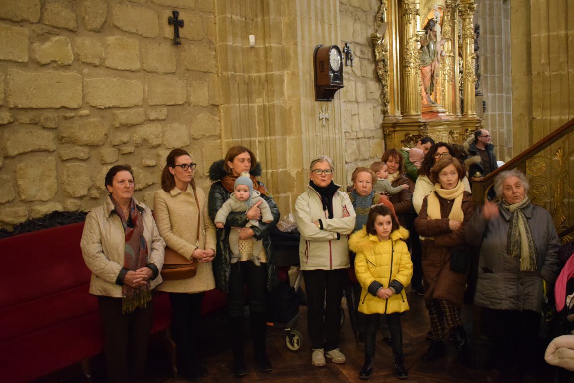 60 niños pasan por el manto de la Patrona 1