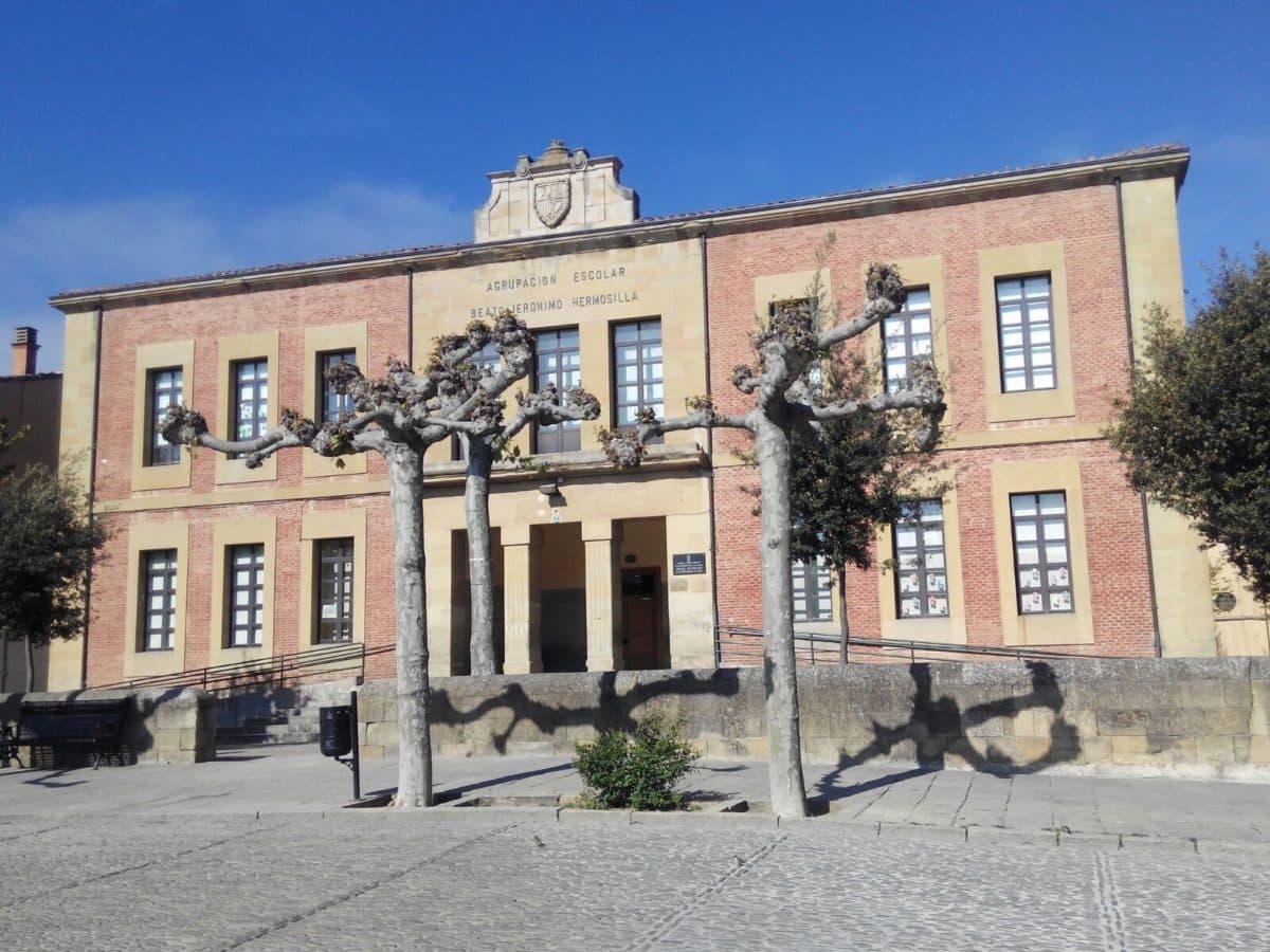 Se desprende parte del falso techo en un aula del Colegio Hermosilla de Santo Domingo de la Calzada 4