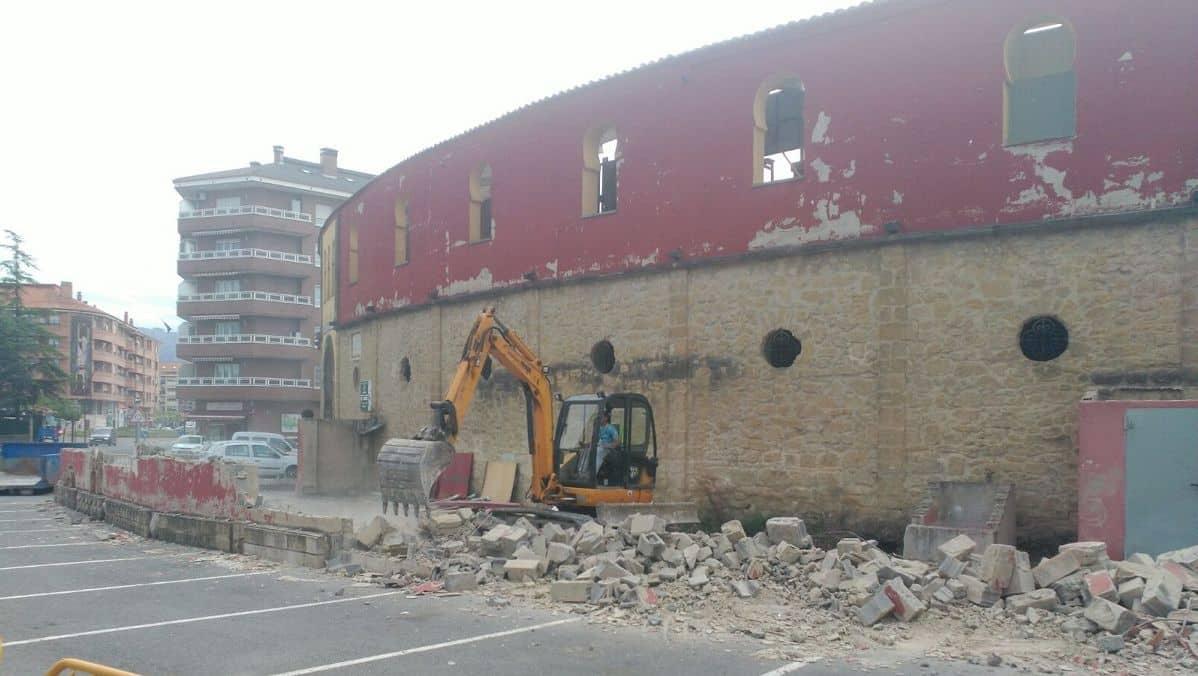 Derribo de la antigua escuela taller de la Plaza de Toros de Haro 1