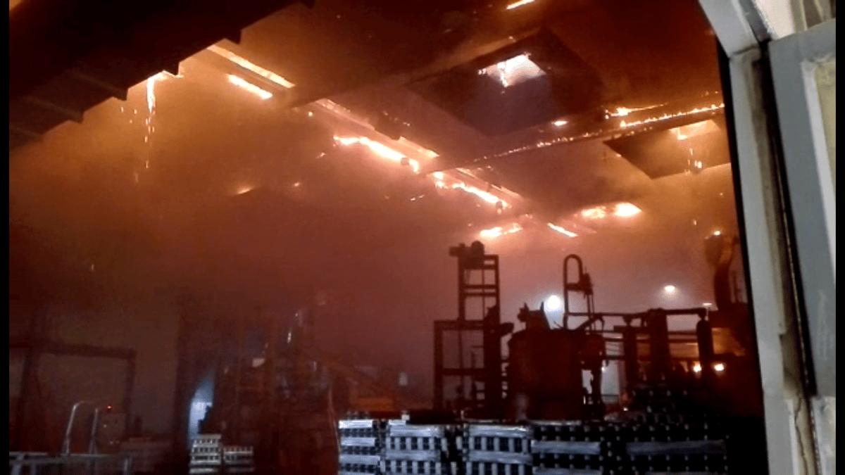 Los bomberos sofocan un incendio en una empresa de trabajos en alumino en el Polígono Fuenteciega de Haro 2