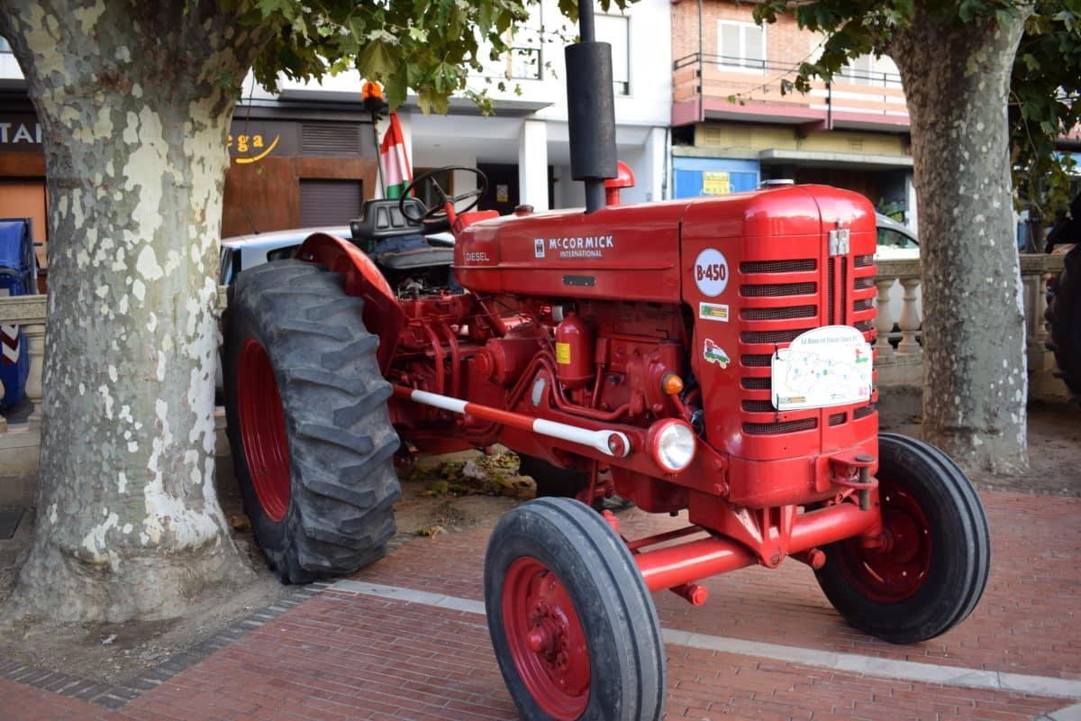 Los participantes de la ruta 'La Rioja en tractor clásico' visitan Haro 4
