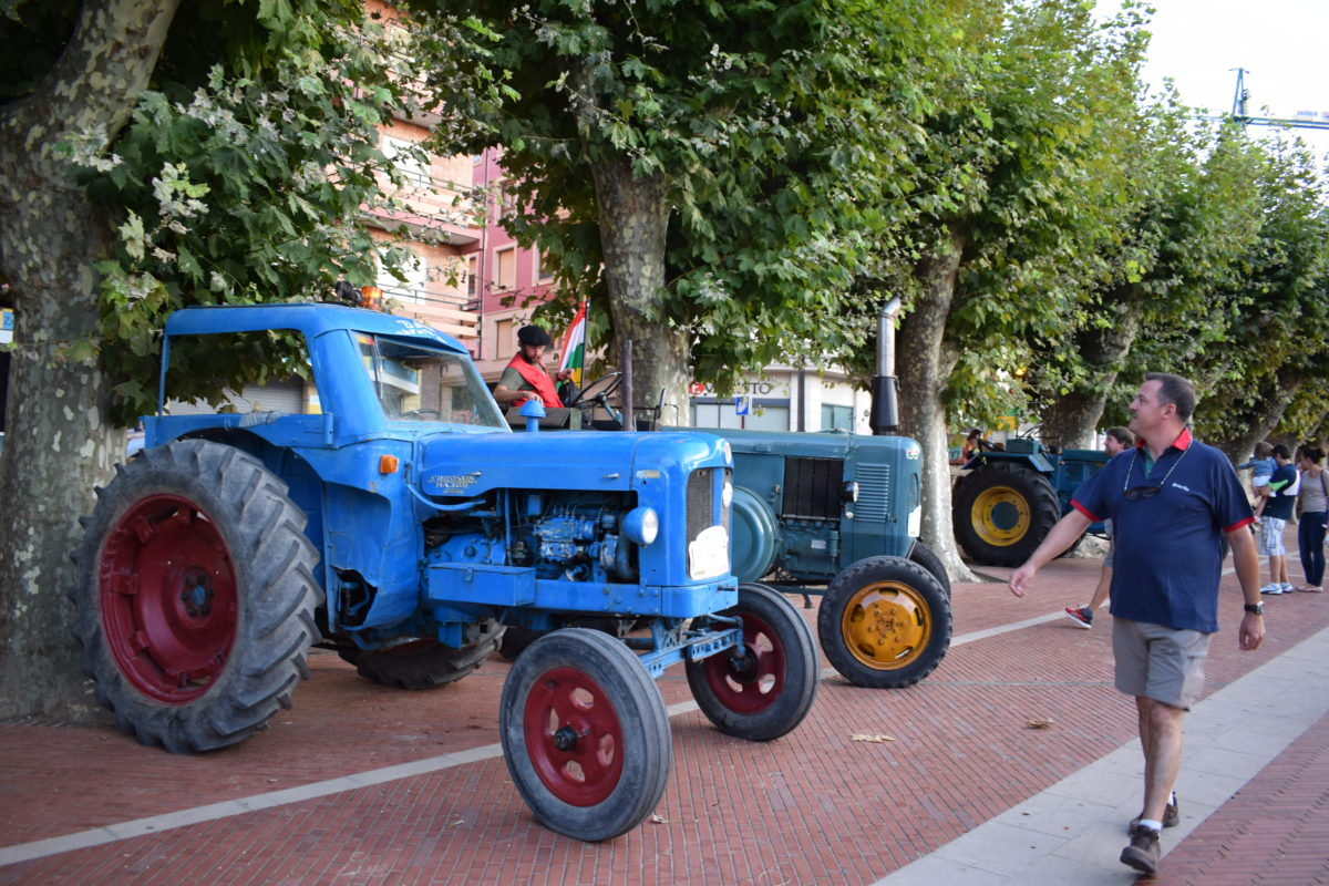 Los participantes de la ruta 'La Rioja en tractor clásico' visitan Haro 6