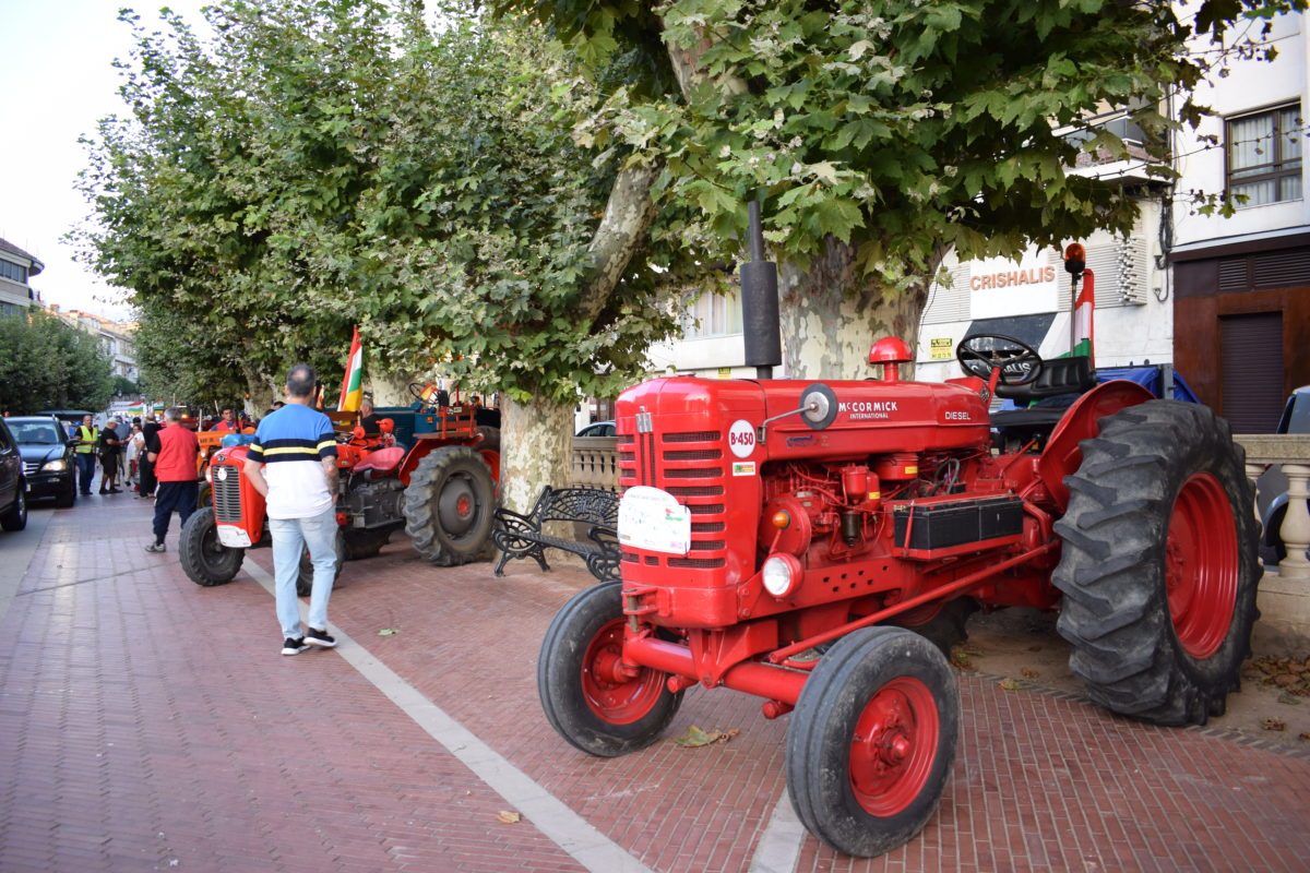 Los participantes de la ruta 'La Rioja en tractor clásico' visitan Haro 8
