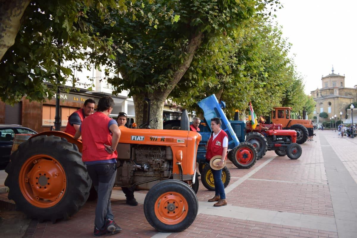 Los participantes de la ruta 'La Rioja en tractor clásico' visitan Haro 1