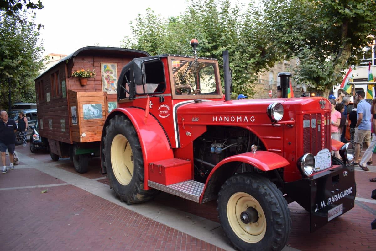 Los participantes de la ruta 'La Rioja en tractor clásico' visitan Haro 2