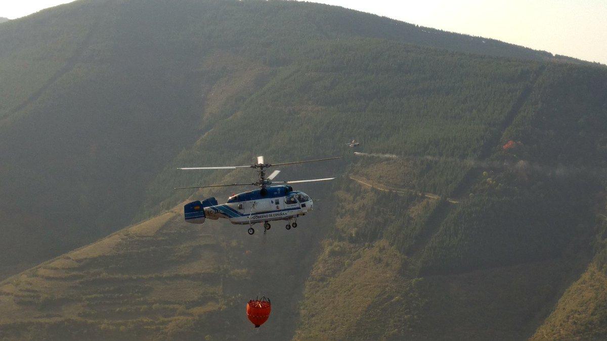 Continúan las labores de extinción del incendio de la aldea de Posadas en Ezcaray 1