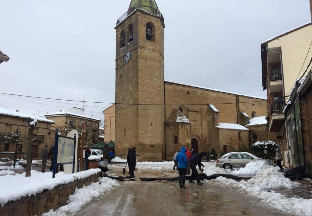 Unos 400 corredores desafían a la nieve y el frío para correr contra el cáncer infantil en Rodezno 1