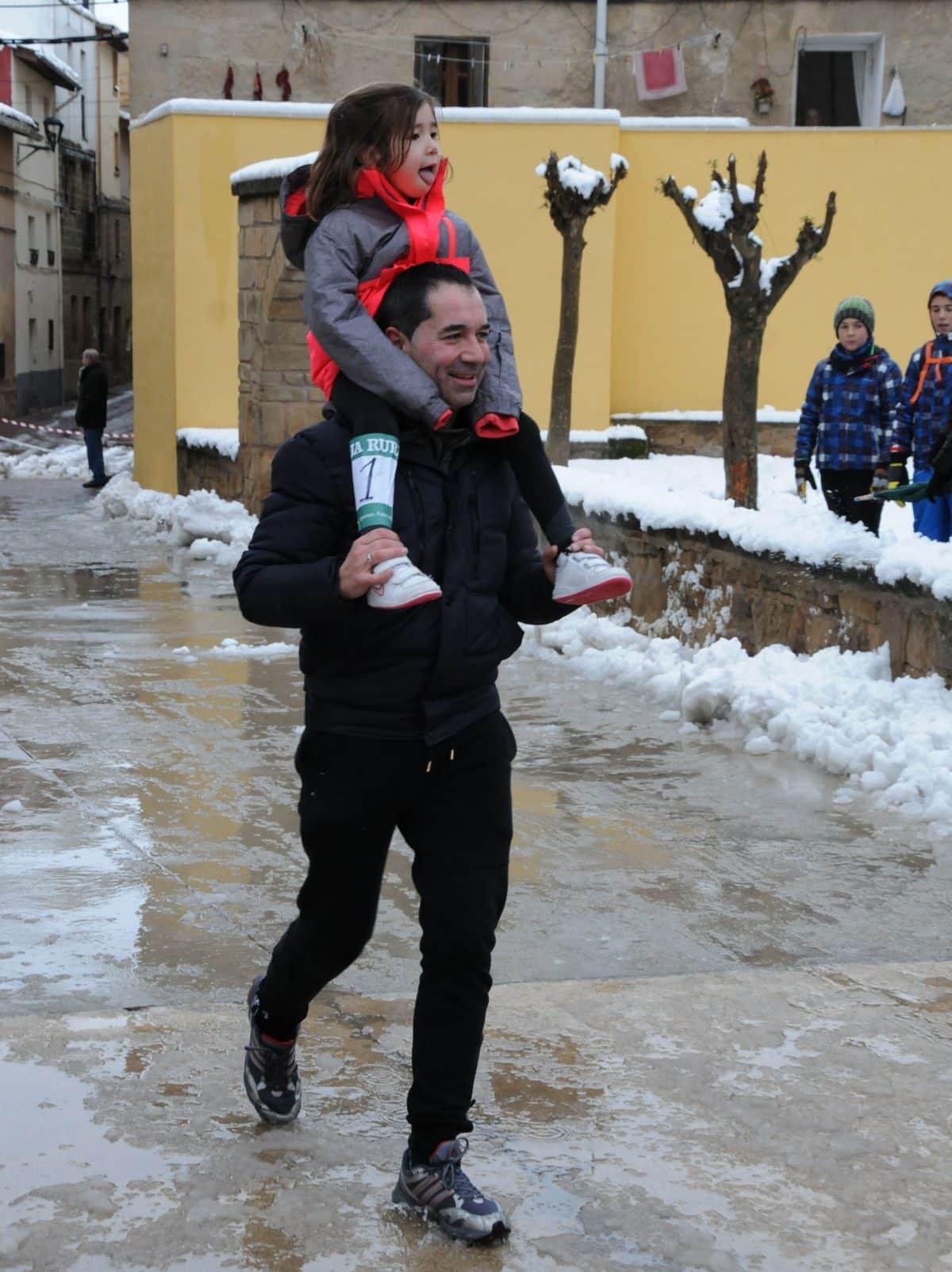 Unos 400 corredores desafían a la nieve y el frío para correr contra el cáncer infantil en Rodezno 18