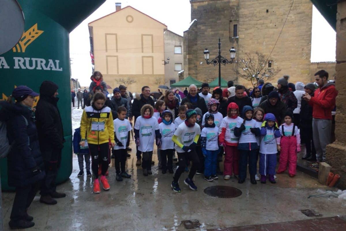 Unos 400 corredores desafían a la nieve y el frío para correr contra el cáncer infantil en Rodezno 2