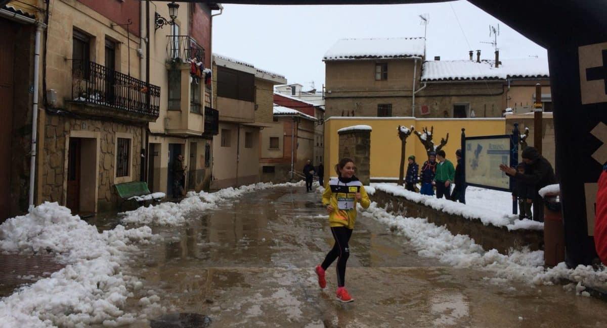 Unos 400 corredores desafían a la nieve y el frío para correr contra el cáncer infantil en Rodezno 4