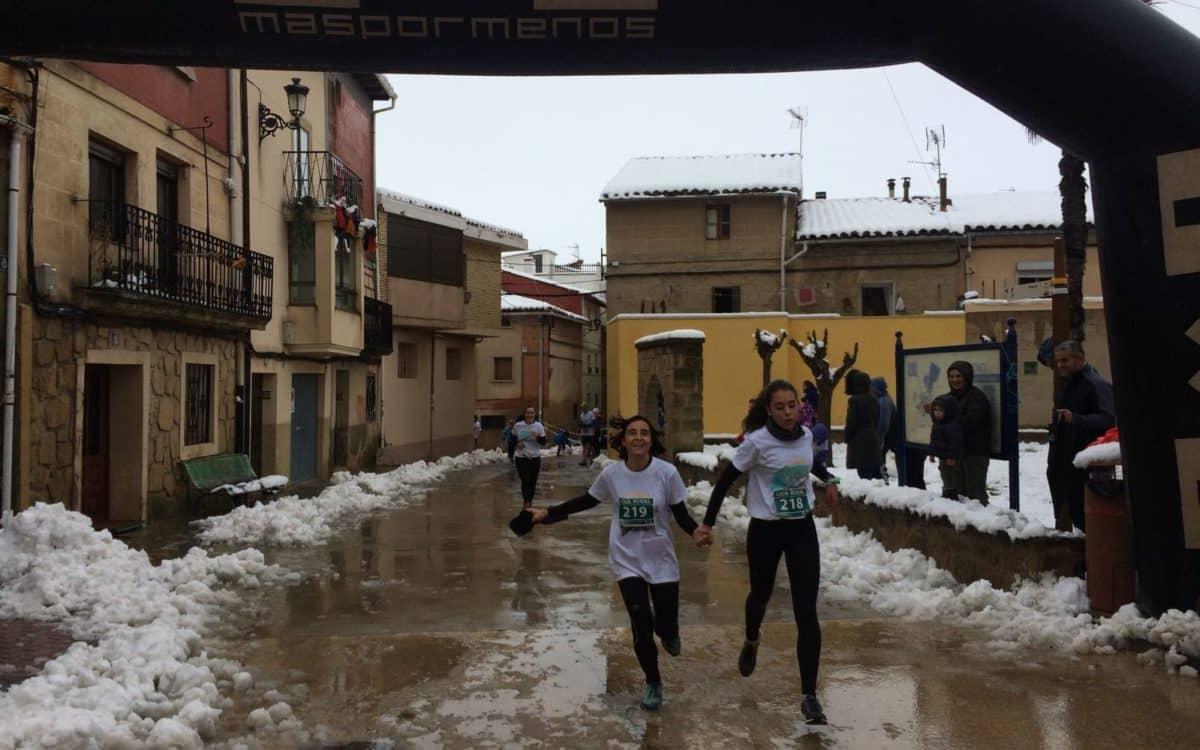 Unos 400 corredores desafían a la nieve y el frío para correr contra el cáncer infantil en Rodezno 6