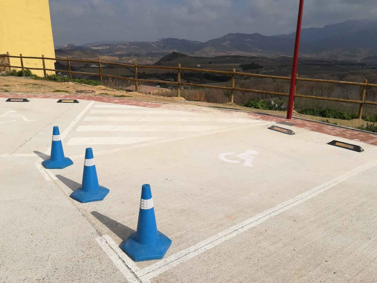 Continúan los trabajos de instalación de las nuevas marquesinas de paradas de autobús en Haro 2