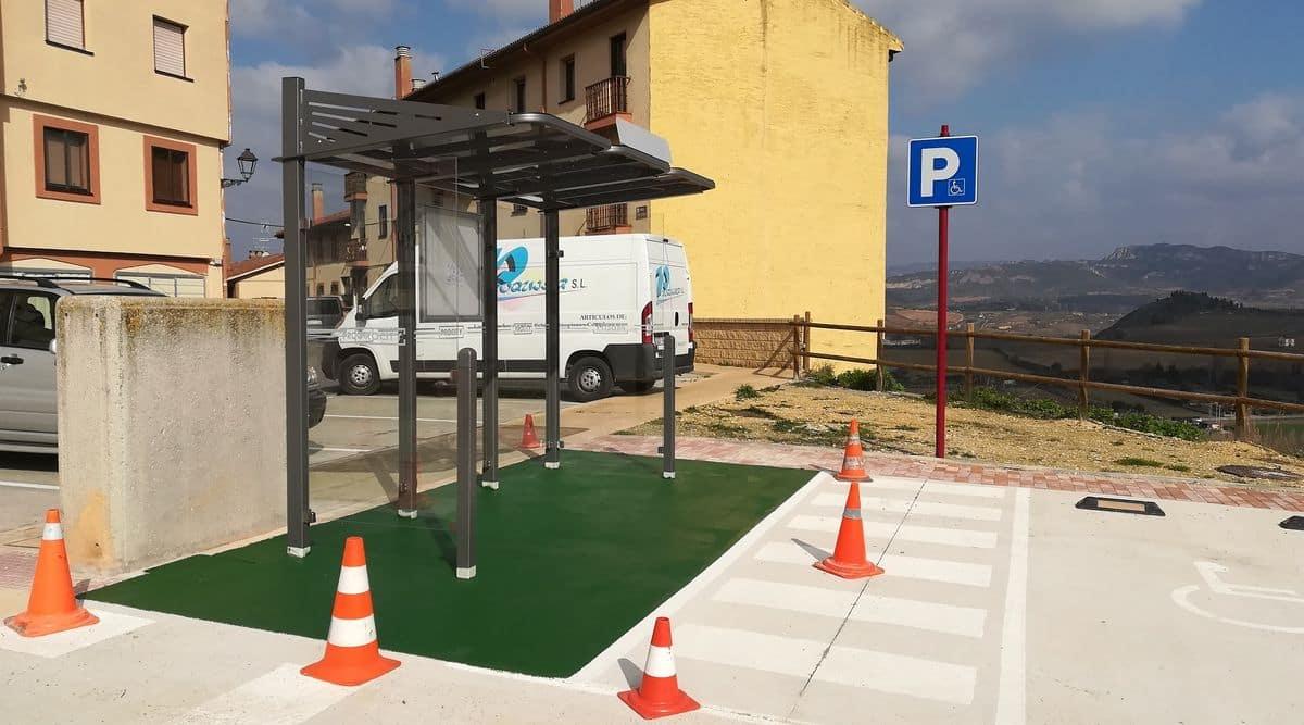 Continúan los trabajos de instalación de las nuevas marquesinas de paradas de autobús en Haro 1