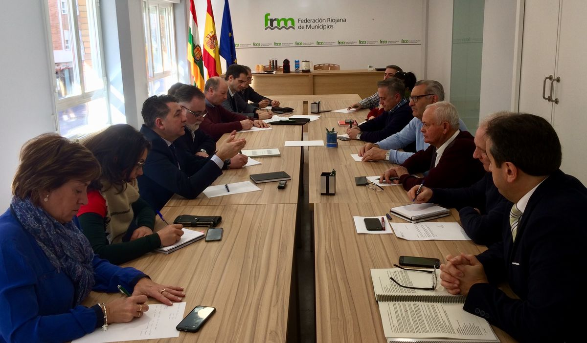 Cuevas presenta a la federaci n riojana de municipios el for Suelo no urbanizable