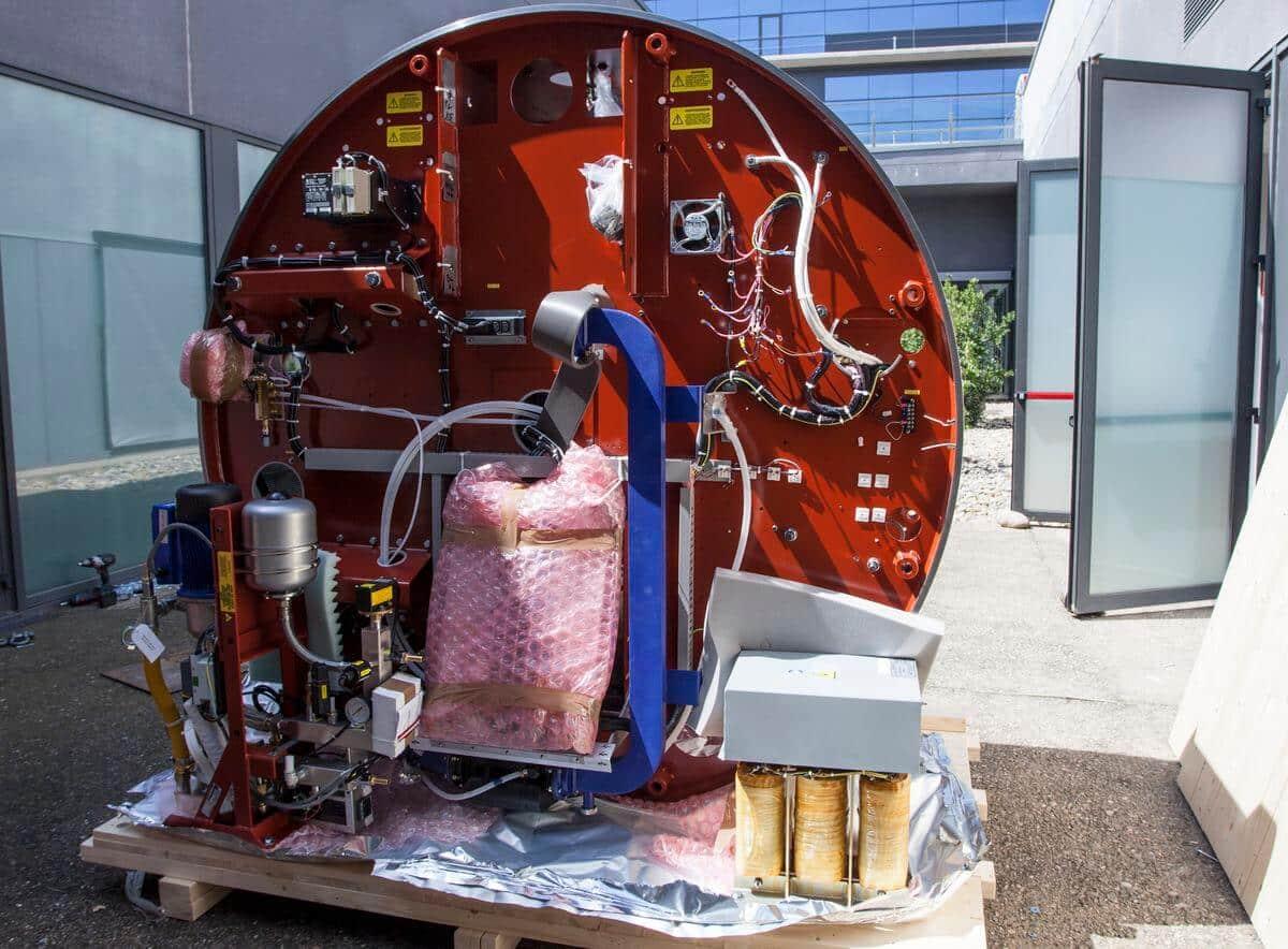 Comienza la instalación del primer acelerador donado por la Fundación Amancio Ortega 1