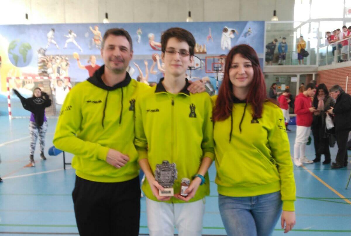 Jacobo Ruiz alza el Trofeo Villa de Santoña de Esgrima 1