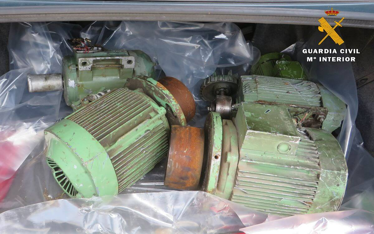 Detenidos un padre y su hijo por robar motores de máquinas y asientos de un turismo en Nájera 1