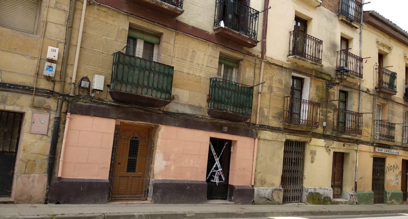 Se derrumba la escalera de un edificio en Linares Rivas