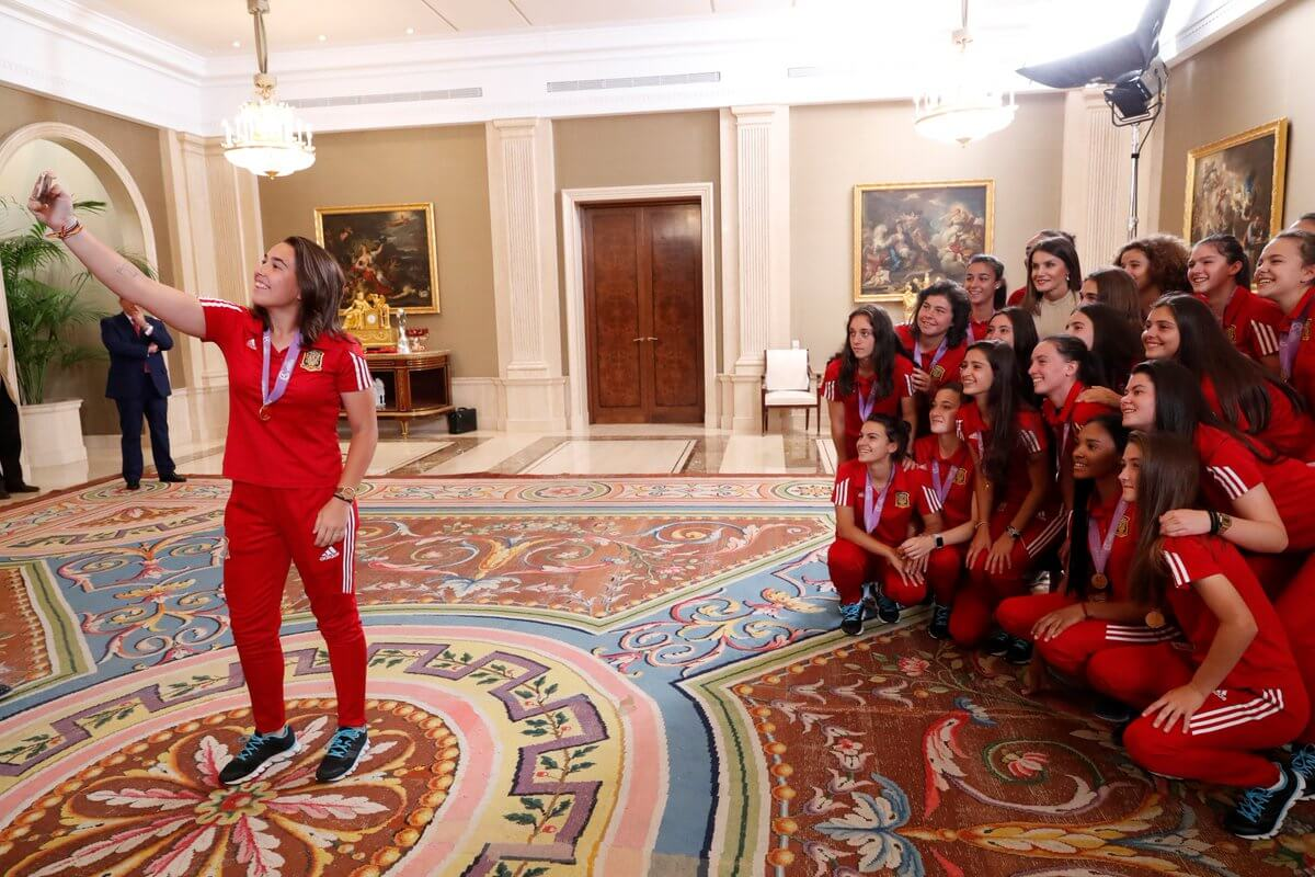 La reina Letizia recibe a Ana Tejada y a sus compañeras de selección, recientes campeonas de Europa 1
