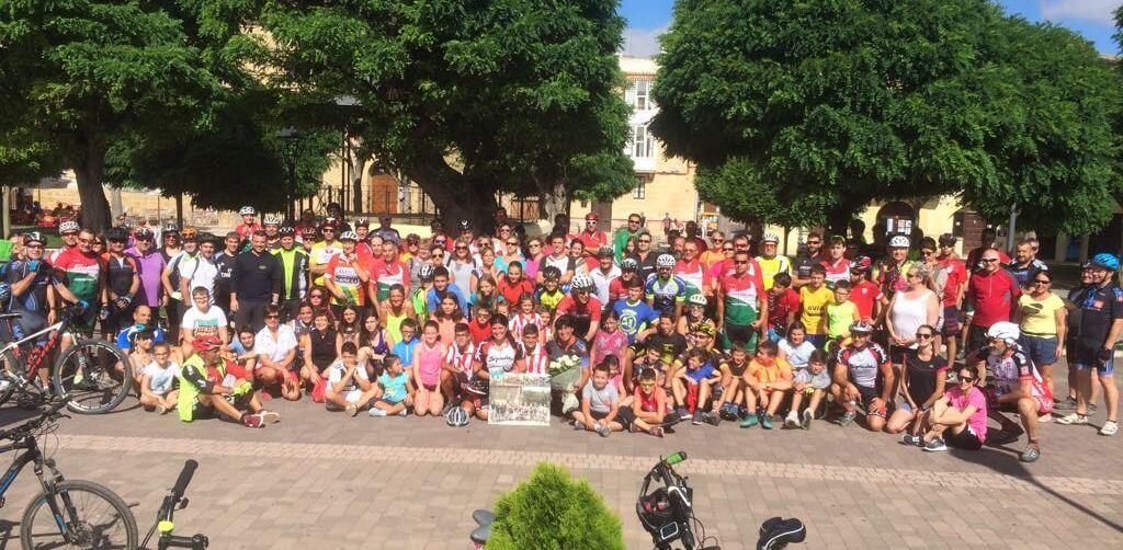 Amantes de la bicicleta rinden un multitudinario y emotivo homenaje a Roberto Pérez en Casalarreina 1