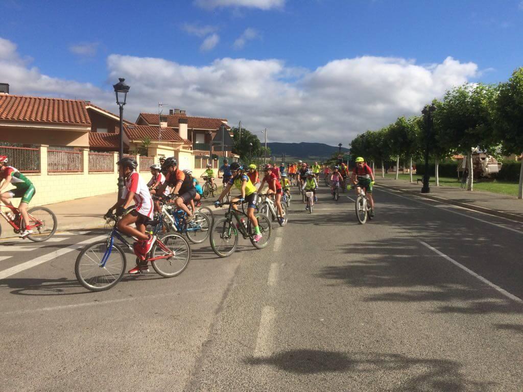 Amantes de la bicicleta rinden un multitudinario y emotivo homenaje a Roberto Pérez en Casalarreina 10