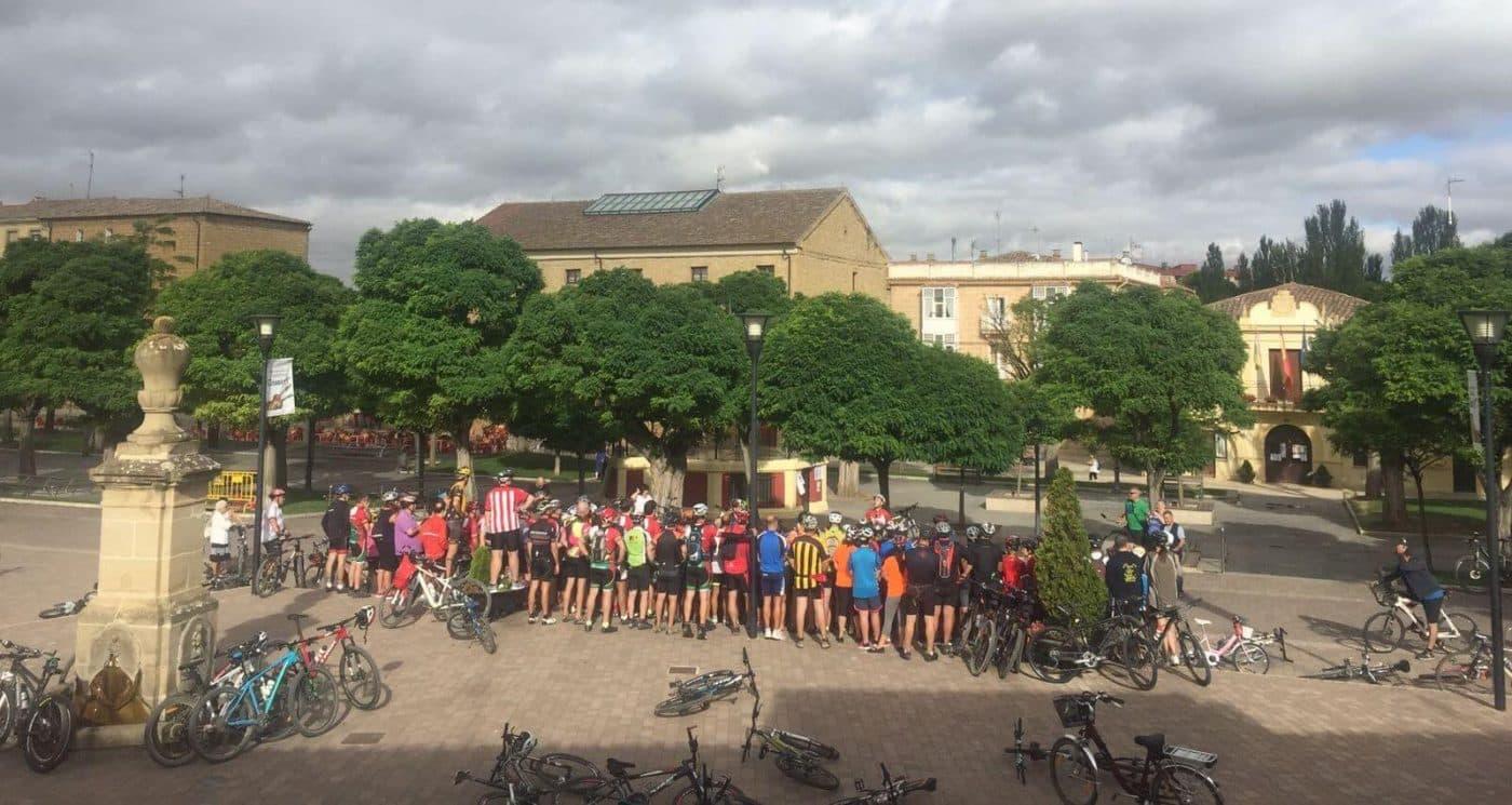 Amantes de la bicicleta rinden un multitudinario y emotivo homenaje a Roberto Pérez en Casalarreina 13