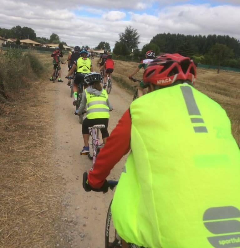 Amantes de la bicicleta rinden un multitudinario y emotivo homenaje a Roberto Pérez en Casalarreina 2