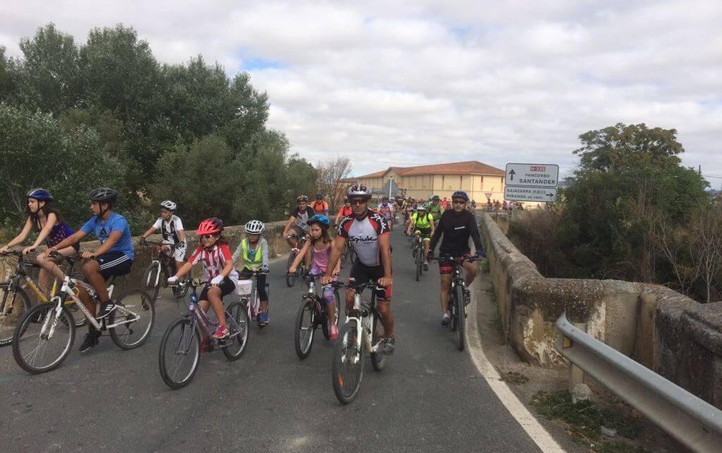 Amantes de la bicicleta rinden un multitudinario y emotivo homenaje a Roberto Pérez en Casalarreina 5
