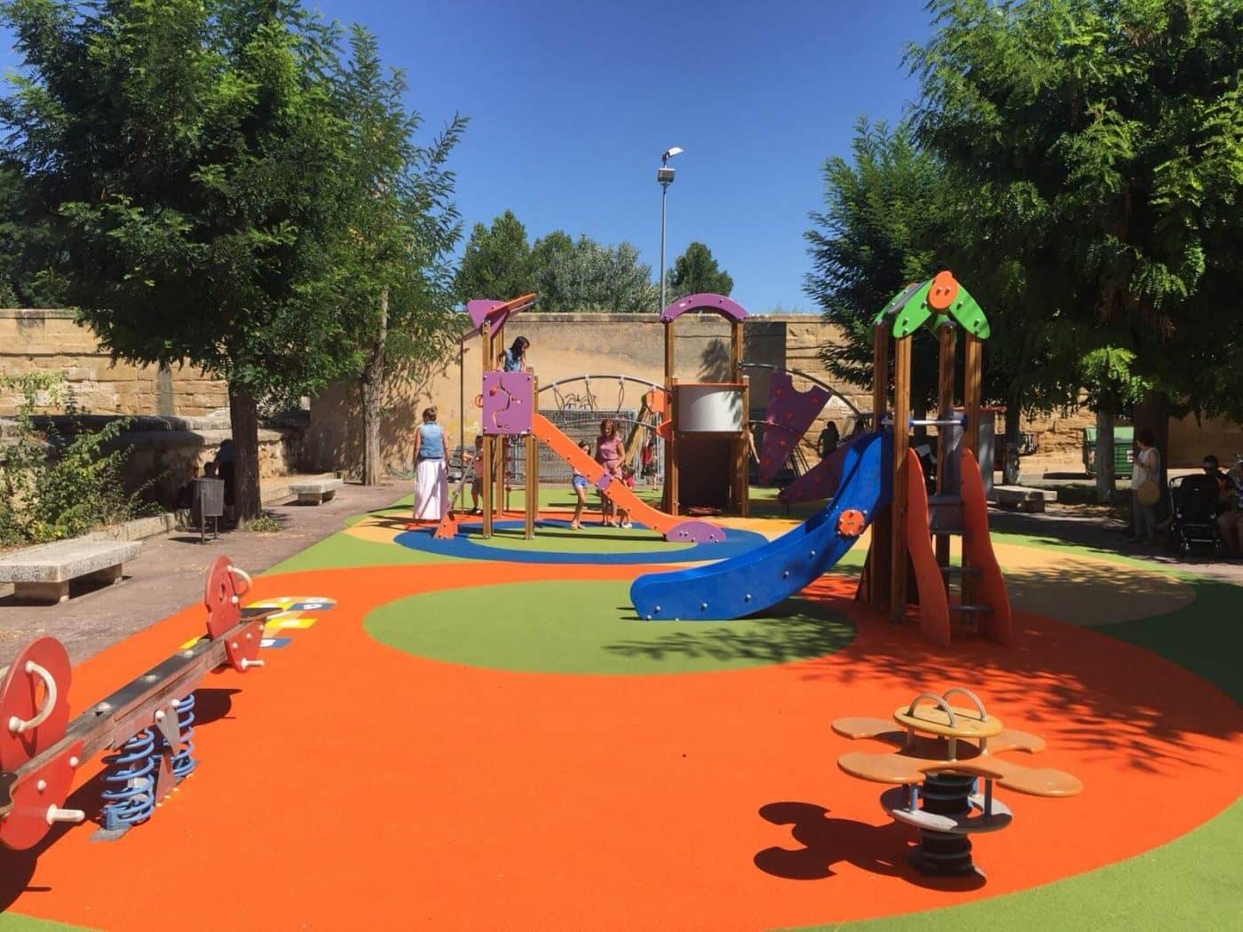 Casalarreina estrena sus nuevos columpios y una niña de seis años se lo agradece a Caperos 2