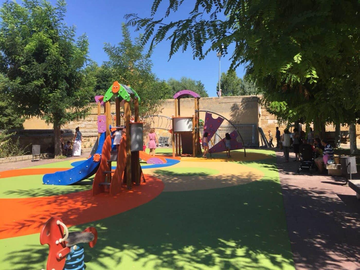 Casalarreina estrena sus nuevos columpios y una niña de seis años se lo agradece a Caperos 4