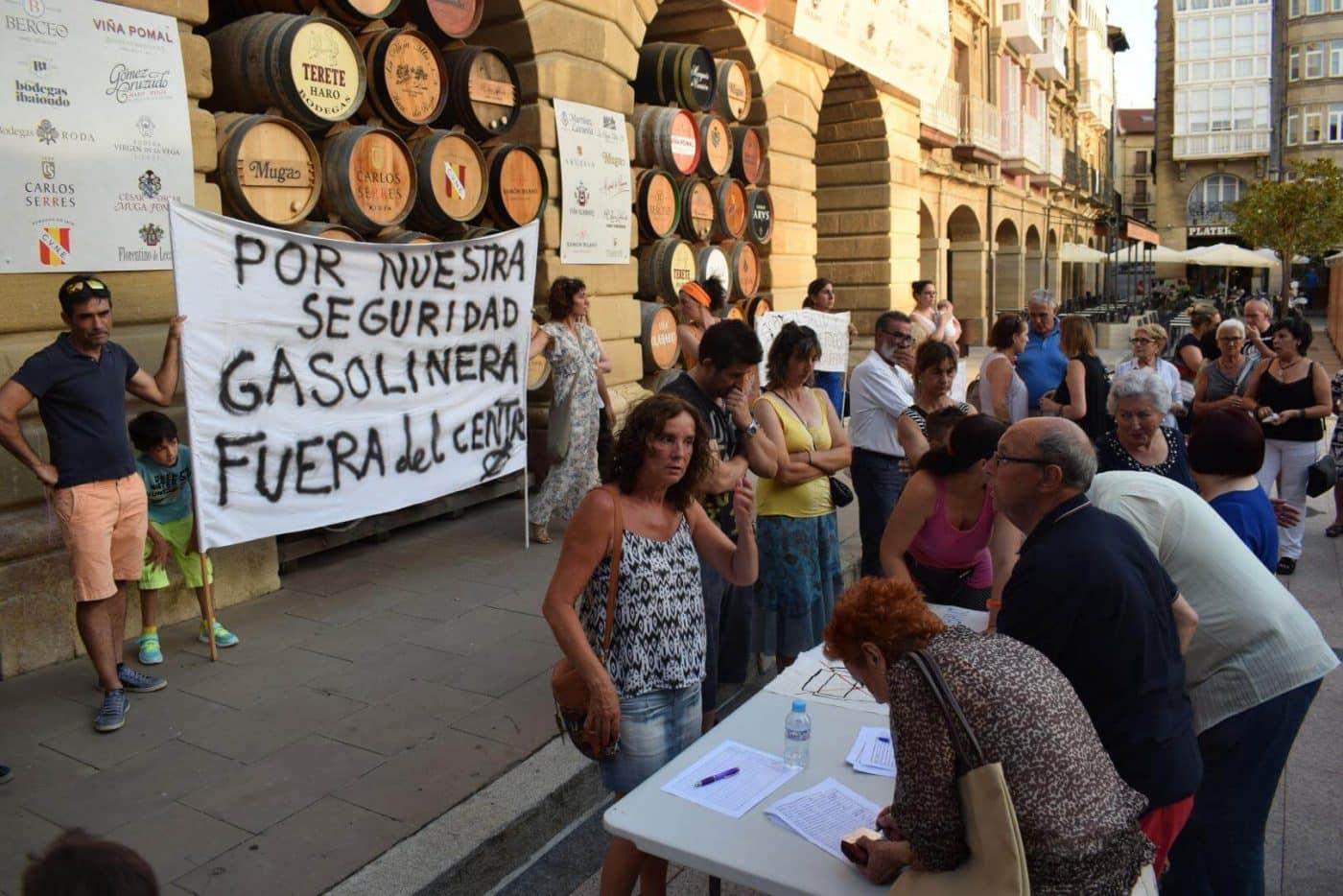 Concentración en Haro para exigir el traslado de la gasolinera de la avenida de La Rioja 1
