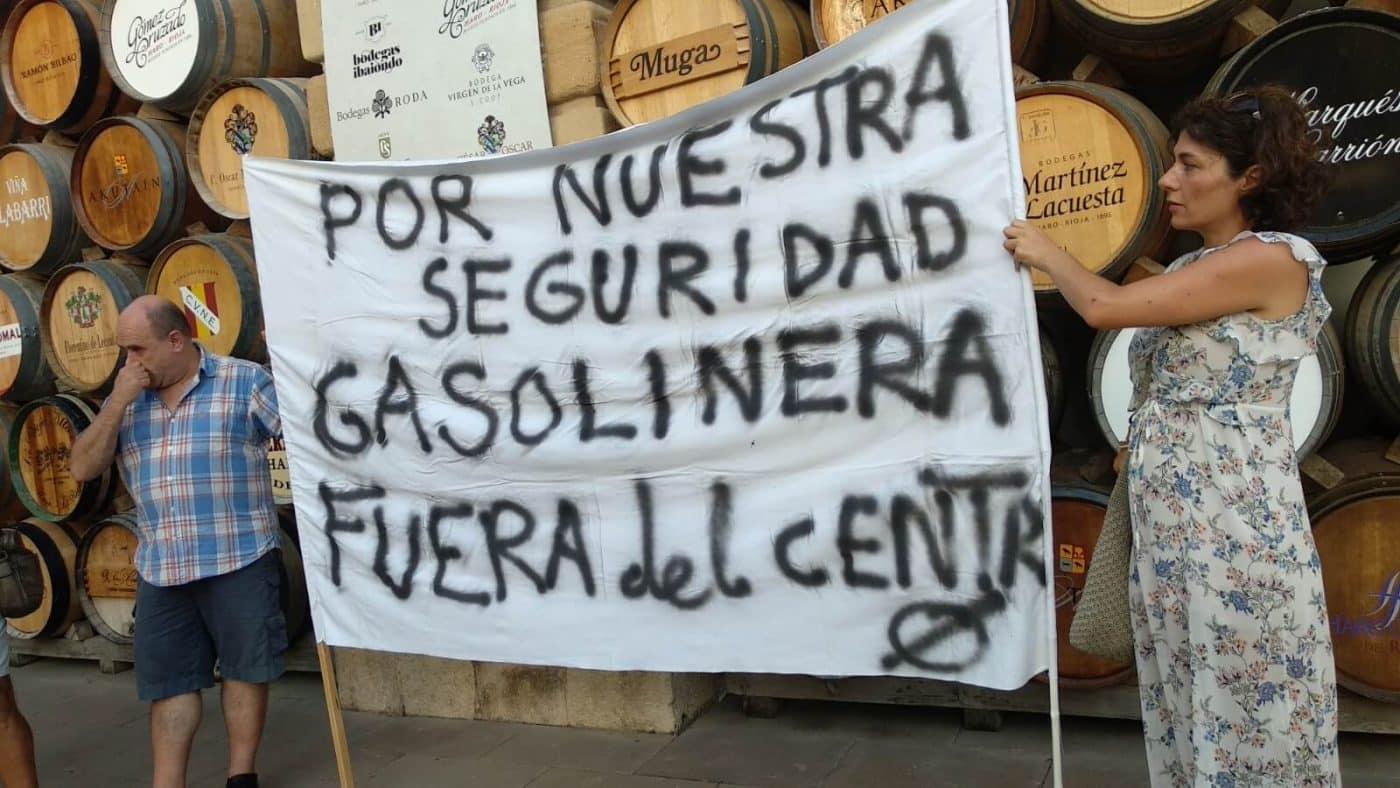 Concentración en Haro para exigir el traslado de la gasolinera de la avenida de La Rioja 10