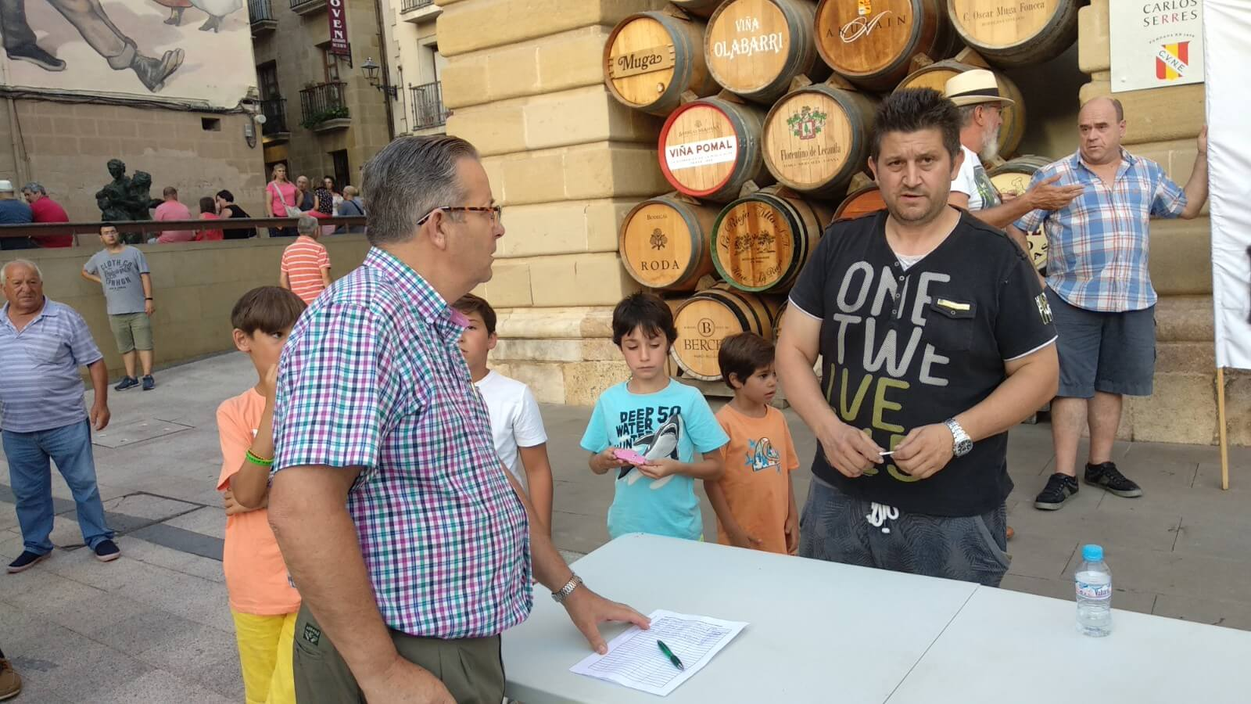 Concentración en Haro para exigir el traslado de la gasolinera de la avenida de La Rioja 11
